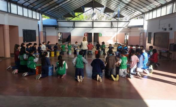 Los alumnos hacen música con tachos reciclados en la escuela Raúl Ferreyra de barrio SEP.