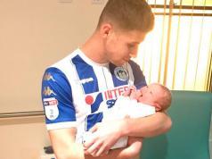 Rryan-Colclough-Harly-Thomas-Wigan-Athletic-Fútbol-Doncaster-Rovers-Tercera-División-inglesa- Goles-Partido-Cambio-Parto-Nacimiento-Hijo-Papá