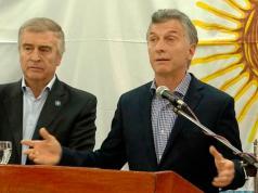 Mauricio Macri y el ministro Oscar Aguad en la sede de la Armada.