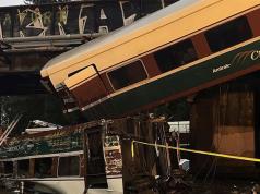 Tren descarriló y hay varios heridos y víctimas.