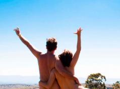 Naked-Wanderings-pareja-viaja-desnudos-cordoba-yatan-rumi-tanti