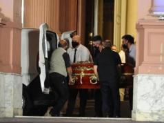 empleado-despedido-foto-viral-cuerpo-diego-maradona-funeraria