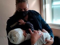 policia amamanto bebe tenedor cabeza cordoba