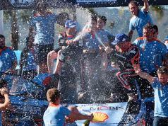 La felicidad de Neuville durante los festejos en el podio.