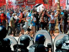 Los policías de la ciudad de Buenos Aires sólo responden con bombas de humo.