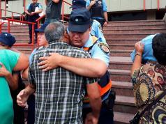 Un abrazo eterno entre familiares y policías.