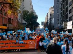 """Manifestantes se movilizan por las calles de Córdoba para gritar """"sí a la vida""""."""