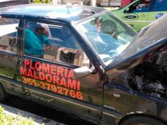 Le robaron las llantas y neumáticos traseros: le pusieron otras usadas para poder abandonarlo.