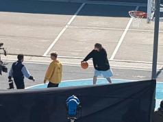 A Paulo le prepararon una cancha de básquet para mostrar su faceta deportiva en la grabación.