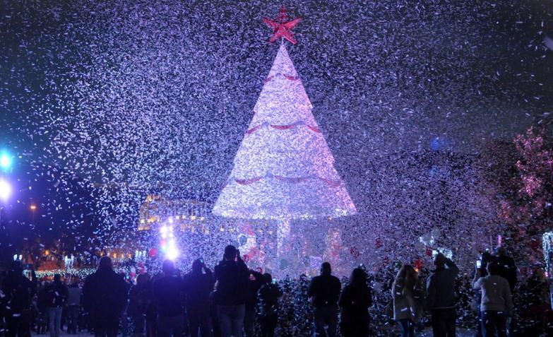 En el Líbano. Lluvia de papelitos en árbol de Navidad.