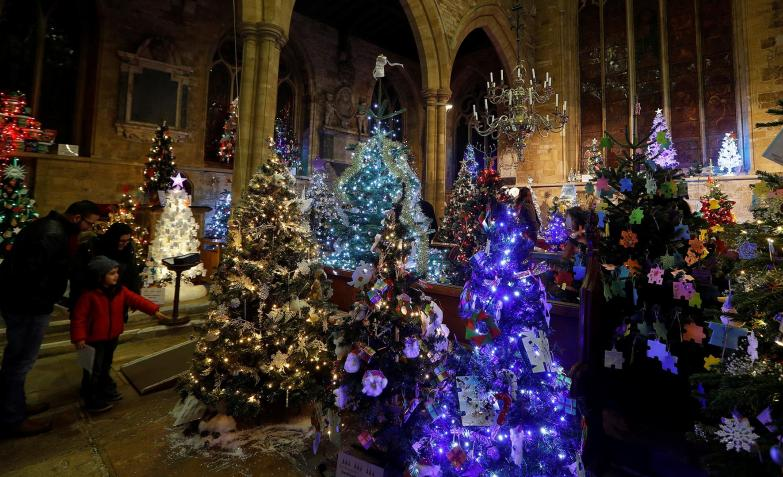 En Reino Unido, festival de arbolitos en la iglesia Mary Parish.