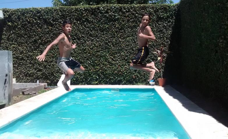 El gran salto piletero, en la foto de Marisa.