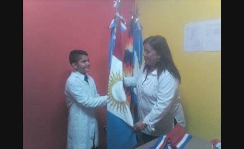 Cecilia Lourdes Zapata y su sobrino abanderado.