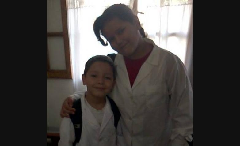 Franco y Lucía abrazo de primer día, foto de Mara Verónica.