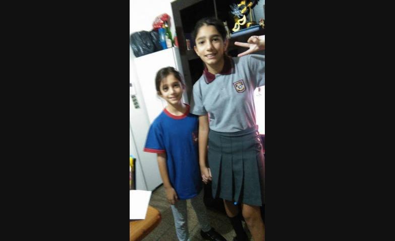 Verónica González y sus dos hijas listas.