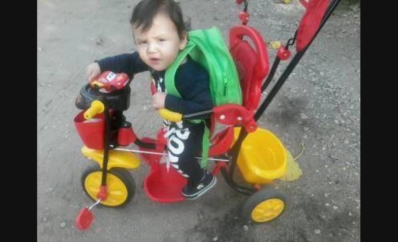 Joel tiene mochila y triciclo. Todo listo.