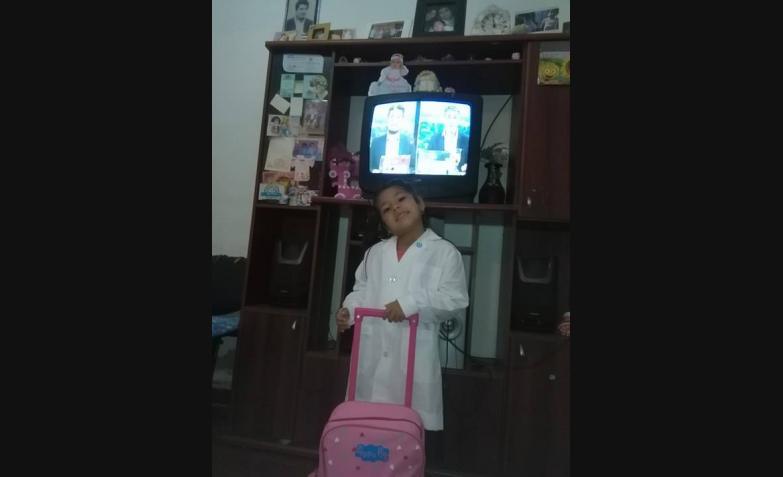 Sheila y su mochila de primer día.