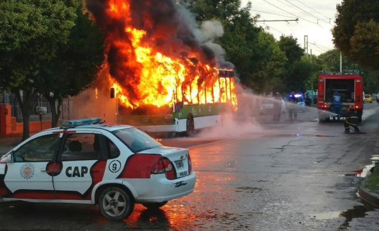 trolebus incendiado