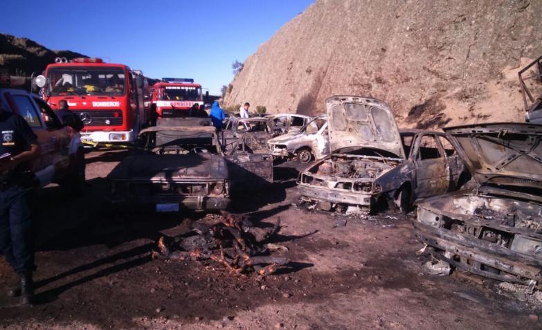 Impactante incendio de autos en el Rally