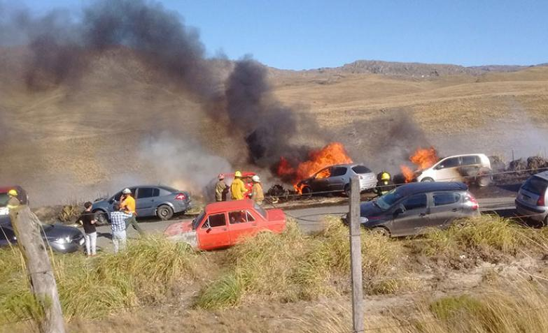 Impactante incendio de autos en el Rally