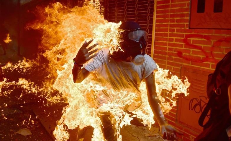 manifestante en llamas en venezuela