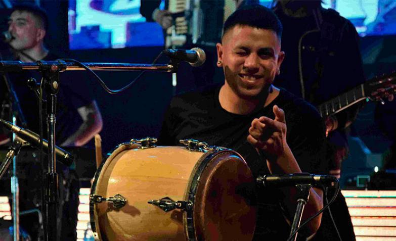 Gino Deluca, tambora y Guiro de La Mona