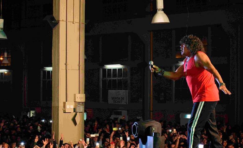 La Mona Jiménez ante una multitud en Forja