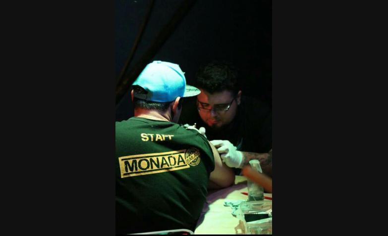 En los bailes, los fanáticos se hacen sus tintas de Monada.
