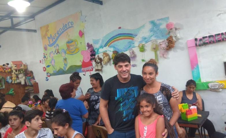 La visita de Marcos Bainotti a un comedor de Carlos Paz