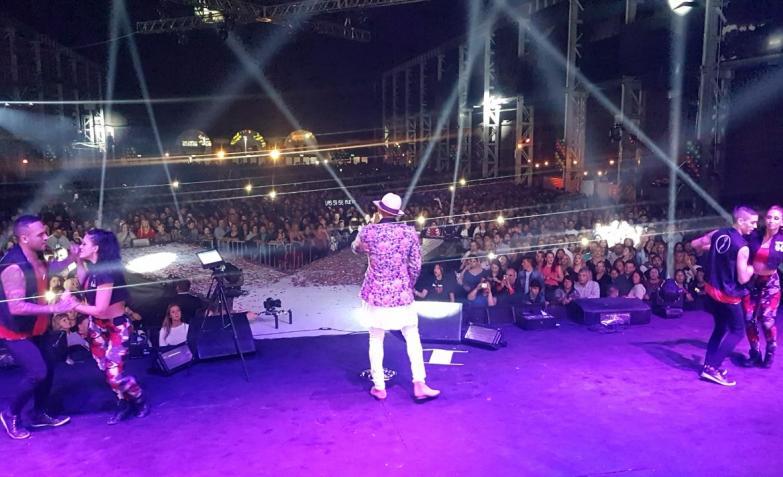 Jean Carlos y una multitud en Plaza de la Música