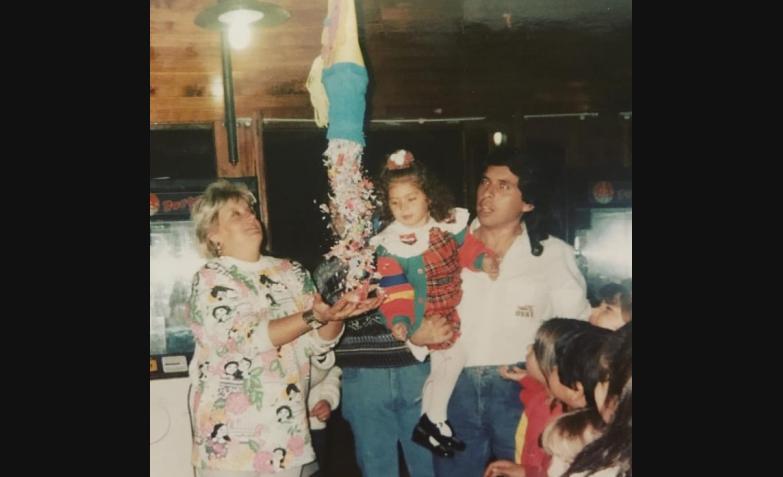 Magui festejando su cumpleaños número 2, junto a sus padres.