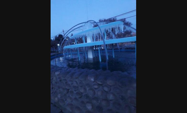 El frío golpeó fuerte en la madrugada y congeló fuentes, parabrisas y hasta el pasto en Córdoba. / Foto enviadas por los usuarios a El Doce