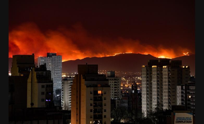 Triste panorama: así se veía el fuego desde la Ciudad de Córdoba.