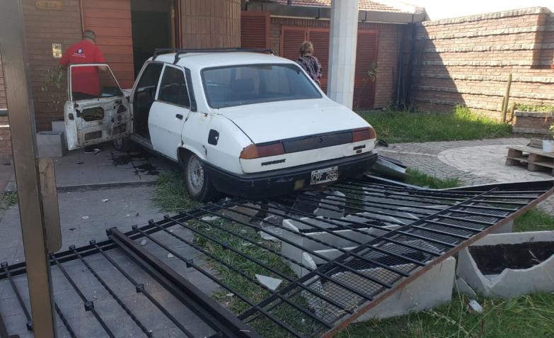 Un Peugeot 504 se quedó sin frenos, volteó la reja de la casa y de milagro no fue una tragedia. / Foto: El Doce