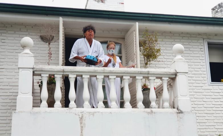 mona jimenez cumpleanos 70 saludo fanaticos balcon