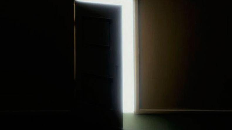 Una anciana entró al cuarto oscuro y desapareció sin dejar rastros ...