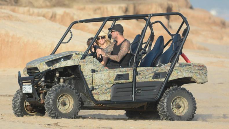 tinelli y guillermina valdes en un jeep