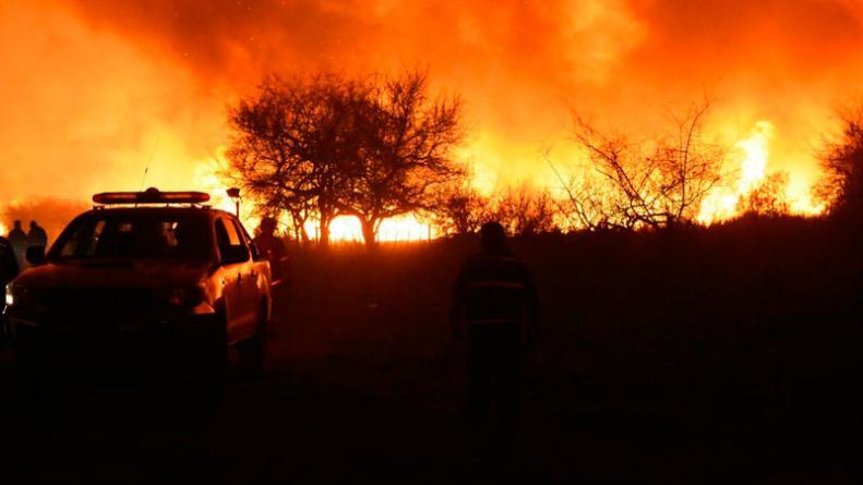 incendio-cordoba-autopista-cordoba-carlos-paz-ruta-e55-fuego-llamas-bomberos-aviones-hidrantes-peligro-riesgo-extremo