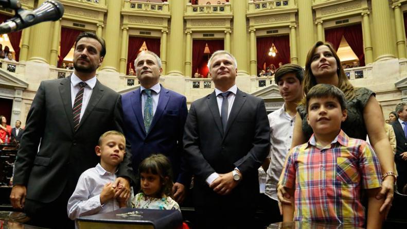 Diego Mestre, Baldassi, Frissa y Soledad Carrizo juraron junto a sus hijos.
