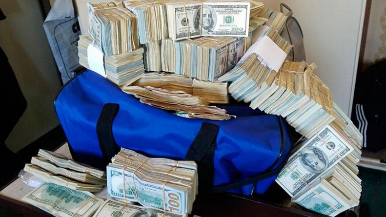 secuestraron detuvieron dólares bolsos funcionarios a con y AFIP 40IFI