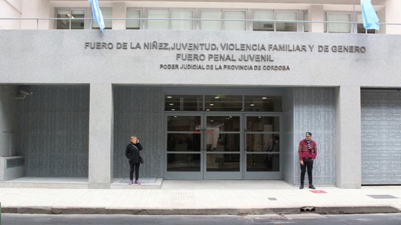 99de959a8 Funcionario judicial detenido por fotografiar a mujeres debajo de la ...