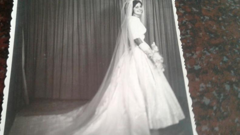 llevó a lavar el vestido de novia de su mamá, se lo destruyeron y
