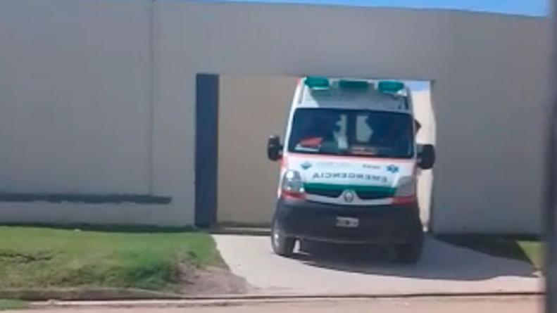 Una ambulancia se \
