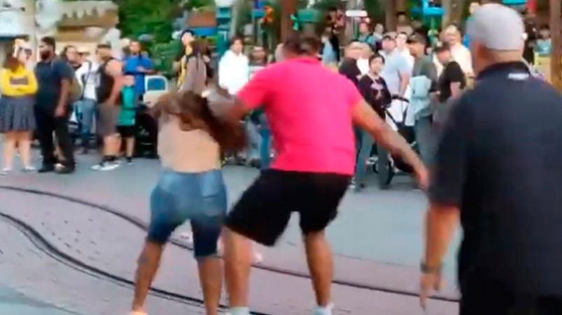 Familia protagoniza brutal pelea en Disneyland