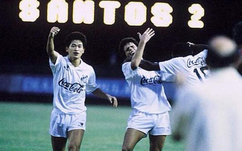 Miura hace historia: firmó contrato para seguir su carrera con 54 años