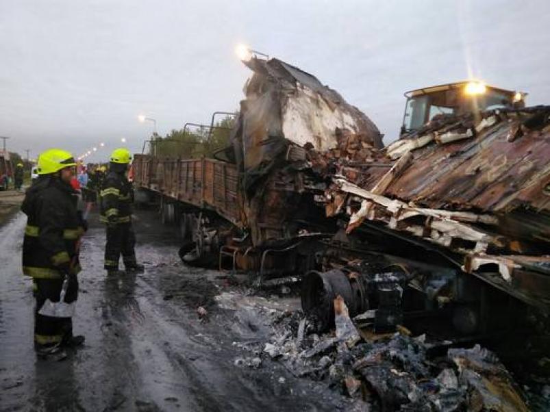 Un muerto tras choque triple de camiones — Villa María