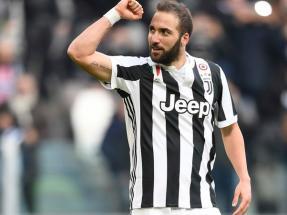 La fiesta de goles de Higuaín  anotó tres para Juventus c1c32a8ead845