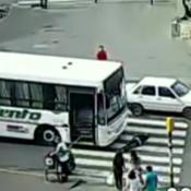 Un colectivo atropelló a una mujer