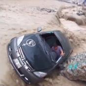 auto en medio de un alud en Perú