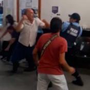 Policias trabajadores pelea